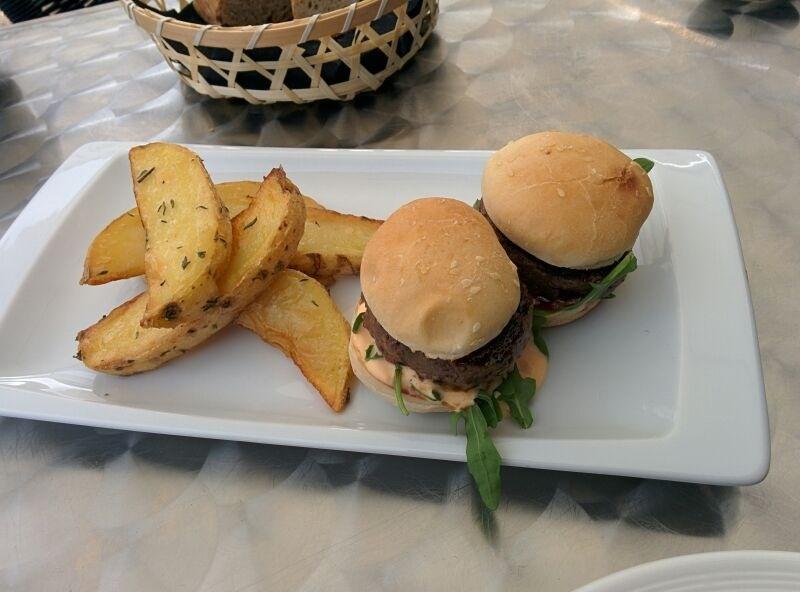 Hamburguesitas de buey-bueno en Naia, Arrecife. Chef Mikel Otaegui