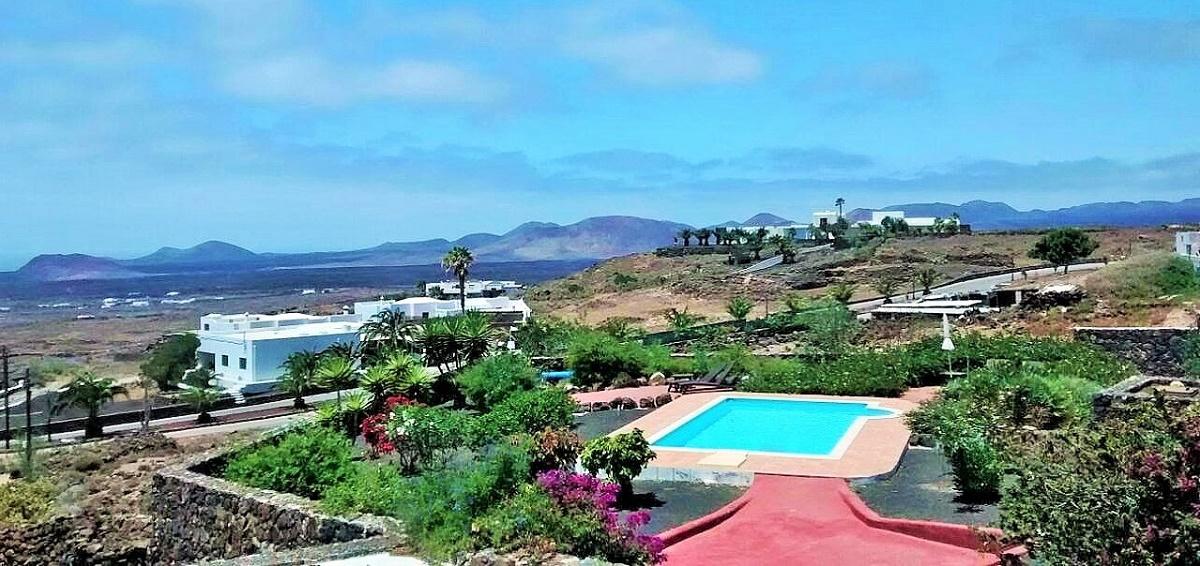 Terraza con vistas a Timanfaya y al mar, perfecta para visualizar un atardecer de verano.