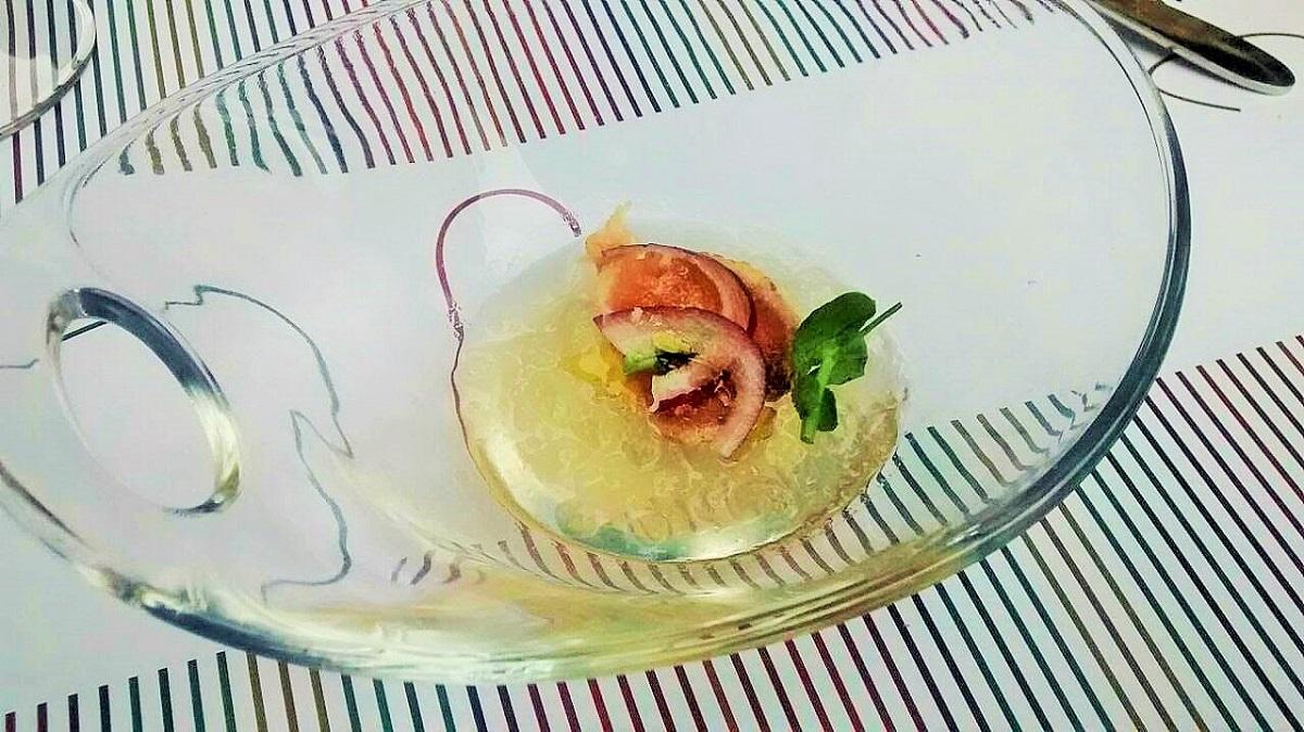 Aperitivo de agua de tomate con tataki de atún.