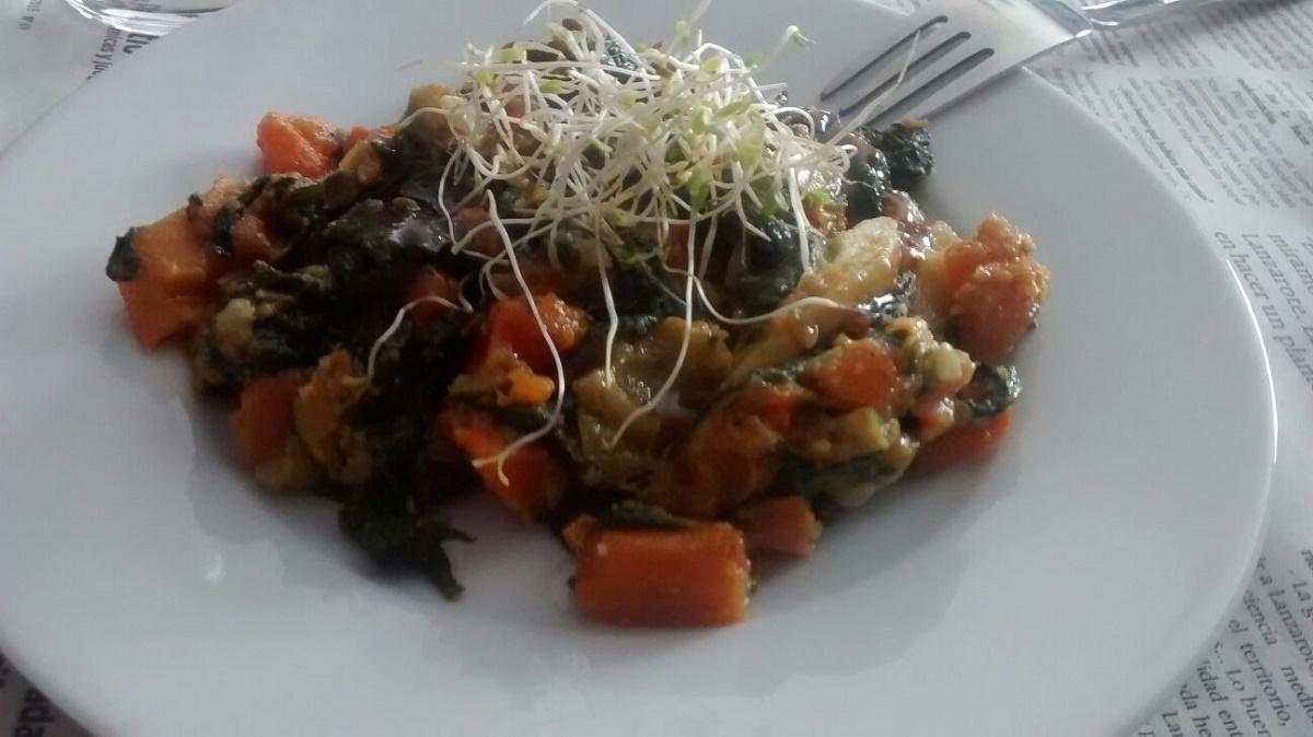 Pisto de verduras de temporada con brotes de alfalfa y crema de vinagre de módena
