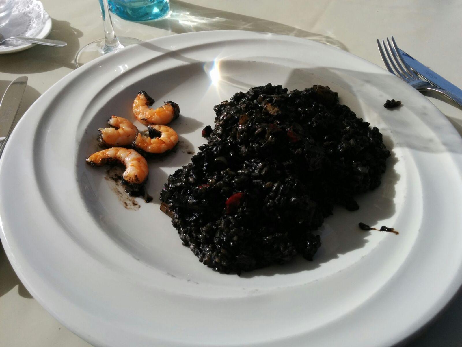 Arroz negro con langostinos y calamares