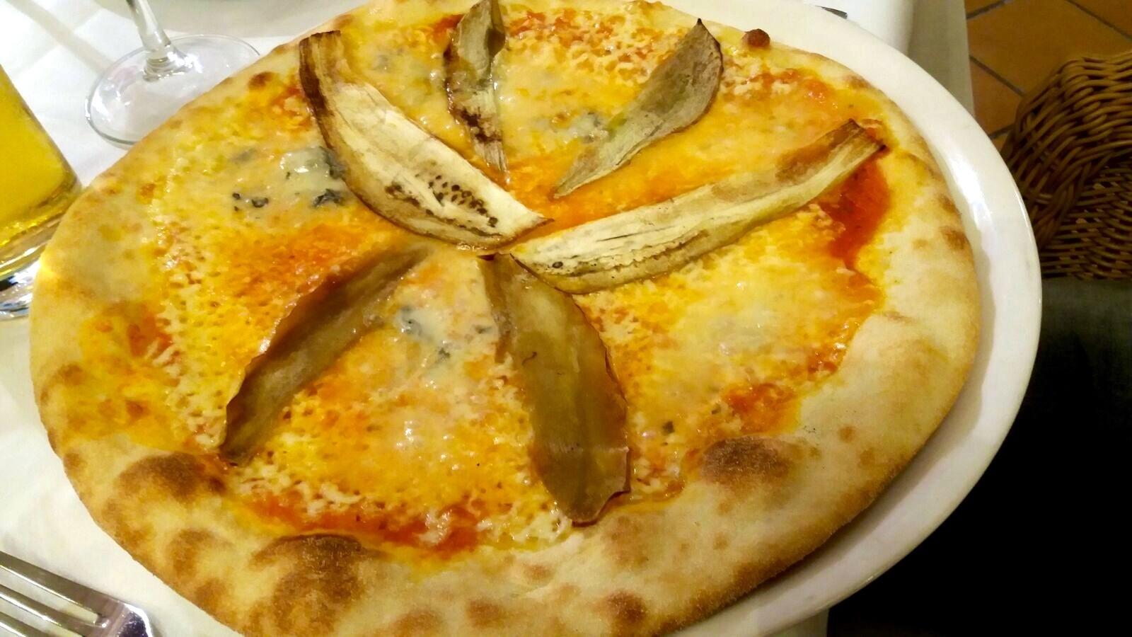 Crujiente y fina masa de pizza con berenjenas y gorgonzola!