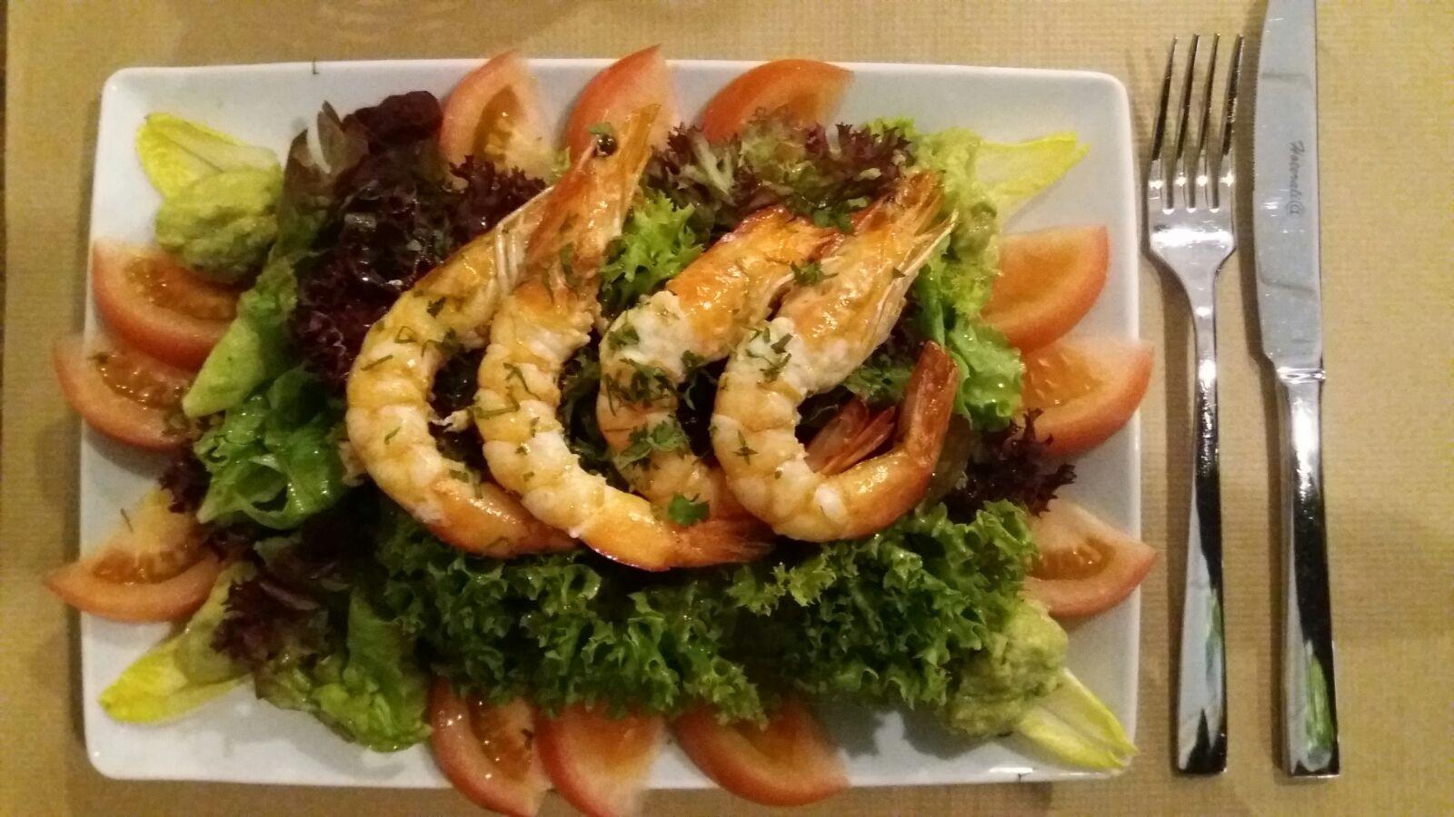 Ensalada con langostinos y variedad de lechugas