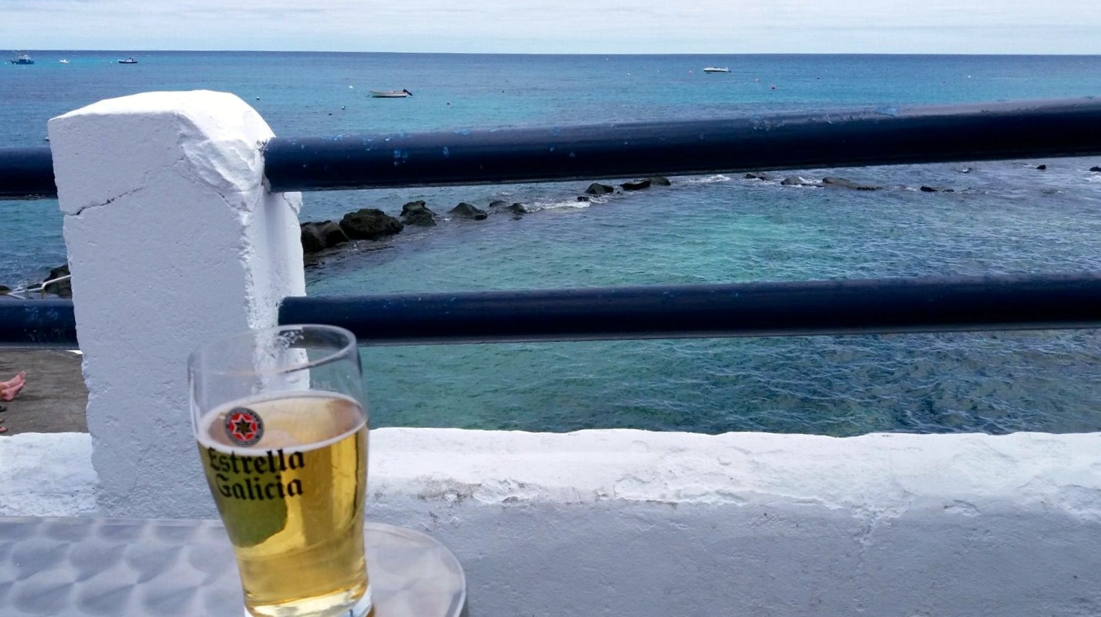 Cerveza azulada en la terraza!